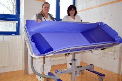 Hygienu imobilních pacientů usnadňuje v Nemocnici Valašské Meziříčí nový sprchový vozík