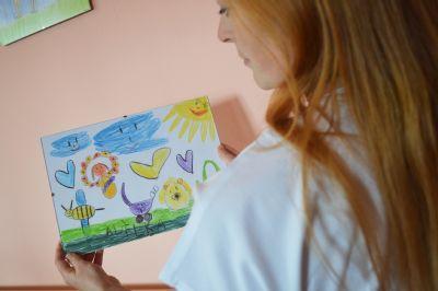 Chodby valašskomeziříčské porodnice zkrášlují kresby dětí zdejších zaměstnanců