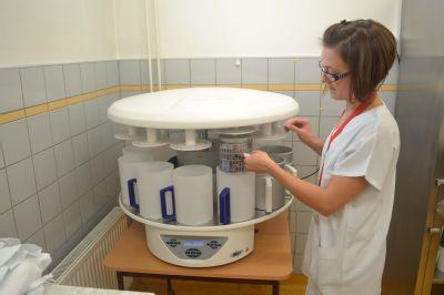 Patologie Nemocnice Valašské Meziříčí má k dispozici nový odvodňovací automat