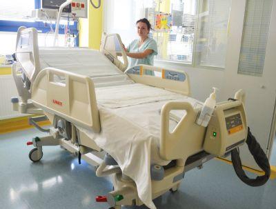 Nemocnice Valašské Meziříčí získala dvě elektricky polohovatelná lůžka s řadou moderních funkcí