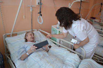 Pacienti oddělení následné péče Nemocnice Valašské Meziříčí komunikují se svými blízkými přes Skype