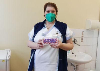 Senioři přicházející na očkování mě nabíjejí fantastickou energií, říká sestra Petra Steinbauerová